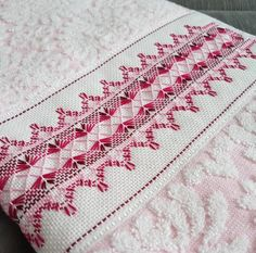 Vagonite: 60 fotos e passo a passo para você aprender e se inspirar Embroidery Stitches Tutorial, Ribbon Embroidery, Swedish Weaving Patterns, Bargello Patterns, Swedish Embroidery, Monks Cloth, Quilt Tutorials, Blackwork, Cross Stitch Patterns
