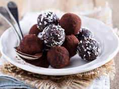 Dattel-Pralinen selber machen – so geht's Healthy snacking: Our recipe for date chocolates consists of sweet dates that are finely pureed and refined with sugar-free cocoa. Oreo Truffles, Chocolate Truffles, Brigadeiro Chocolate, Café Low Carb, Cheesecake Au Café, Chocolates, Truffle Recipe, Chocolate Treats, Dessert Chocolate
