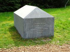 Voormalig Kamp Westerbork - Drente. Victor Levie ontwierp deze herinneringstekens. Op de stenen staat de bestemming van de kampen waar de treinen heengingen: Sobibor, Mauthausen, Bergen-Belsen, Auschwitz, en Theresienstadt. Alsmede het aantal slachtoffers per kamp. Foto: G.J. Koppenaal - 10/5/2016.