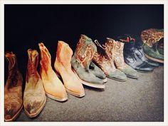 Rangée de santiags en backstage chez #Etro homme #MFW #VogueHommes