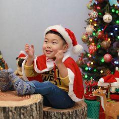素敵にお写真撮って頂きました✨  .  昨日と、flying tigerのクリスマスパーティー会場から出た道と、夏に撮って頂いたもの☺️  .  ❶❷❸❹Santa Boy🎄🎅🏻✨  .  ❺❻❼City Boy 🏙👦🏻✨ .  ❽❾➓Pineapple Boy 🍍👦🏻✨ .  Photo by @yayoi89 .  ありがとうございました✨✨✨ Flying Tiger, Elf On The Shelf, Holiday Decor