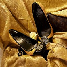 ❤❤❤Host pick❤❤❤Tory burch One of a kind  classy and elegant used in a great great condition sz 8 with an amazing color and details Tory Burch Shoes