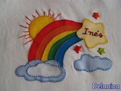 Camiseta Arco Iris  patchwork niña. Realizada con aplicaciones en tela tipo patchwork, y nombre bordado a mano.