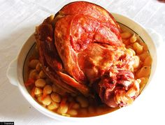 Ciolan afumat cu fasole - Romanian smoked pork knuckle with beans sauce Scottish Recipes, Turkish Recipes, Romanian Food, Romanian Recipes, Czech Recipes, Good Food, Yummy Food, Gordon Ramsey, Smoked Pork