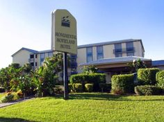 Monumental Movieland Hotel Orlando (Florida) This Orlando hotel is on International Drive directly across from Wet n' Wild water park and 5 minutes' drive from Universal Studios Orlando. The I-Ride Trolley stops in front of the hotel, and theme park shuttles are also available.