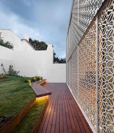 Nos fundos da residência em Lisboa, a estrutura se abre com portas e janelas e funciona como um filtro para a luz natural