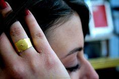 Categoria : Anello a fascia con corbula  Lega : oro 750  Lavorazione: filigrana  Peso: gr 4.34  Dimensioni: n° 17 (contattare il venditore per misure)  Pietre: