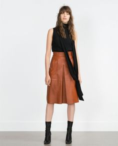 Shop Women's Zara size S Midi at a discounted price at Poshmark. Outer SHEEP LEATHER Color Caramel Taken flat Waist hip Length Sold by Fast delivery, full service customer support. Brown Leather Skirt, Leather Midi Skirt, Fall Wardrobe, Wardrobe Basics, Work Wardrobe, Capsule Wardrobe, Mode Style, Edgy Style, Curvy Style
