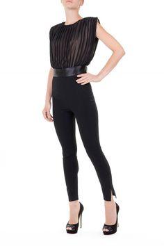 Elegantemente ricercata questa jumpsuit caratterizzata dalla duplice texture: il top in georgette plissettato crea movimento al pantalone slim