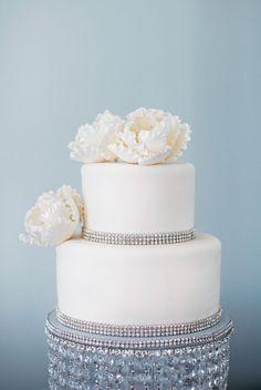 Trendy Wedding Cakes With Flowers And Bling Rhinestones 69 Ideas Glamorous Wedding Cakes, Bling Wedding Cakes, Bling Cakes, Wedding Cakes With Flowers, Cake Wedding, Easy Wedding Cakes, Wedding Sweets, Big Flowers, Sugar Flowers