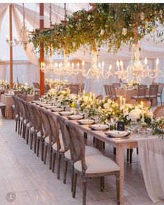 Pra terminar a terça sonhando ❤ muito verde, flores brancas, mesa comunitária e muitos lustres!  Tem coisa mais linda? ❤❤❤