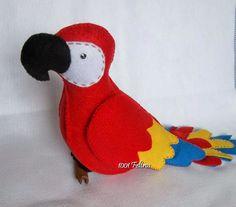 Para decorar as áreas ao redor da mesa e também por cima, fiz alguns pássaros.   Ela me pediu: arara, gaivota...       Pelicano.    ...