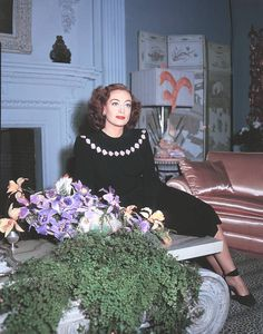 Joan Crawford photographed at home in Brentwood, California. Hooray For Hollywood, Hollywood Icons, Golden Age Of Hollywood, Vintage Hollywood, Hollywood Glamour, Hollywood Stars, Classic Hollywood, Hollywood Homes, Hollywood Celebrities