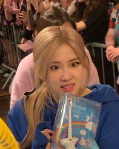 Mk share ảnh Rosé ạ lấy = cre id tik tok : _mikladuunha_ Kim Jennie, Meme Faces, Funny Faces, Yg Entertainment, South Korean Girls, Korean Girl Groups, Girls Generation, Square Two, Blackpink Funny
