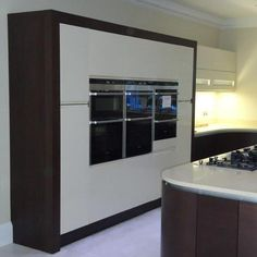 Take a look at this stunning handless kitchen with beautifully contrasting colour, materials and textures.