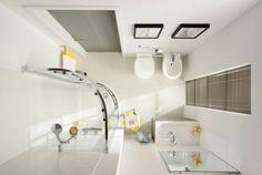 Problem małej łazienki można rozwiązać za pomocą kilku prostych pomysłów. Kluczowy jest dobór oświetlenia oraz sprytnie zorganizowane przechowywanie. Oto kilka prostych rad jak urządzić małą łazienkę.