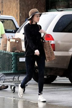 Emma stone out and about in LA Emma Stone Street Style, Emma Stone Style, Emma Stone Casual, Estilo Emma Stone, Emma Stone Blonde, Cool Outfits, Fashion Outfits, Outfits With Converse, Pinterest Fashion