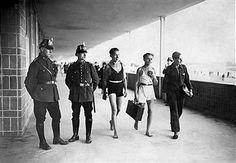 Berlin 1930 Polizisten und Badegaeste vor der Polizeiwache im Freibad Wannsee