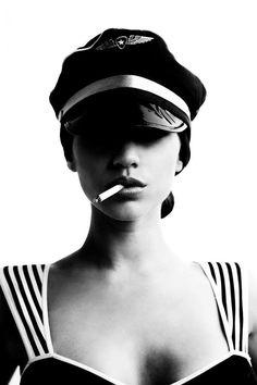 Fashion Photography Shopping, Design Ideas, Pictures And Inspiration – Veronica Karitskaya - Fashion City Smoking Ladies, Girl Smoking, Smoking Room, Black And White Portraits, Black And White Photography, Arte Yin Yang, Portrait Photography, Fashion Photography, Monochrom