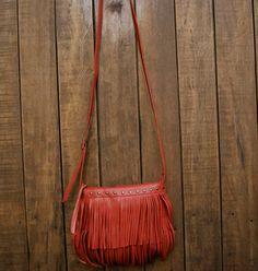 Mini bolsa tiracolo de couro com franjas da Mab Store.
