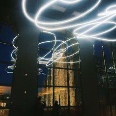 Museo del Novecento OPEN NIGHT Ogni sabato sera siamo aperti fino alle 22:30. E al buio il neon  di Lucio Fontana è ancora più affascinante.  ph/ig lakriss91