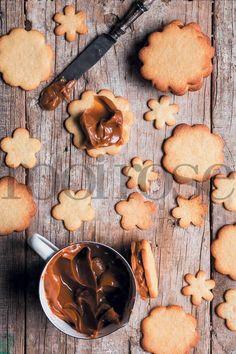 Die rolletjies koekdeeg kan ook vir tot drie maande in die vrieskas gehou word, reg om in sirkels gesny te word vir die bakslag. Boonop sal die rolletjies deeg verveelde vakansiekinders ook 'n goeie rukkie besig hou. Ons het die deeg in 3 verdeel … Easy Cookie Recipes, Cake Recipes, Dessert Recipes, Desserts, No Bake Cookies, No Bake Cake, Kos, Homemade Pretzels, South African Recipes