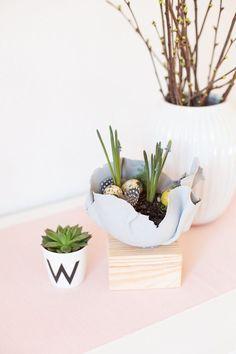 Kreative DIY Idee zum Selbermachen. Eine Pflanzschale aus Modelliermasse für Hyazinthen basteln. Eine schöne Frühlingsidee zum Verschenken. Planter Pots, Diy Blog, Challenge, Fimo, Creative Gifts, Diy Presents, Diy Clay, Diy Decoration