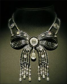Cartier Collier Noeud, époque 1900 - I love vintage jewelry, and this is just too amazing. It would it be so gorgeous paired with a black gown. Bow Jewelry, High Jewelry, Jewelry Art, Fashion Jewelry, Jewelry Design, Jewelry Boards, Fashion Accessories, Cartier Necklace, Bow Necklace