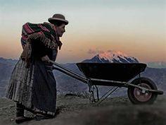 Valentina Mamani carga un aguayo y lleva en una carretilla al Illimani. Foto: Satori Gigie (Wilfredo Limachi Mamani)