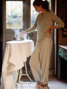 しわのないパリッとした洋服は、着ていて気持ちが良いですよね。きれいな服を着るだけで、不思議と気持ちも引き締まります。通勤・通学前の朝時間に、ぜひ「アイロンがけ」を取り入れてみませんか?ちょっと難しそうなワイシャツも、コツをつかめば美しく仕上げることができます。以下の動画を参考に、さっそくトライしてみましょう♪