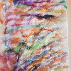 Disegnare con i pennarelli con la carta assorbente e spruzzare acqua