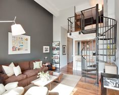 Loft com escada metálica