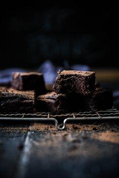 The stickiest, fudgiest, dark chocolate date brownies. Chocolate Muffins, Gluten Free Chocolate, Healthy Chocolate, Chocolate Brownies, Chocolate Recipes, Chocolate Art, Chocolate Lovers, Raw Desserts, Sugar Free Desserts