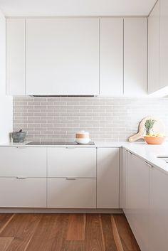 cozinha branca, linhas retas