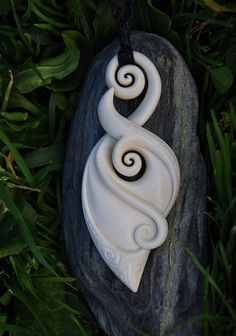 Handcarved in bone. Eternal bonding symbol with por JackieTump