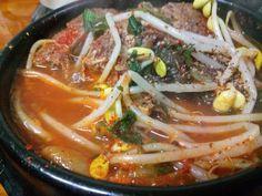 해장국( Pork Rib Hangover Soup). 삶아낸 돼지 등뼈에 각종 양념을 하고 육수를 넣고 끓인 탕요리 입니다. 비슷한 음식으로  감자탕(Potato and pork rib broth)이 있습니다.