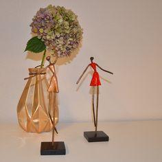 "Dansemus og sød vase med blomst fra børn og venner giver hygge og varme på reolen, Jysk Indretning ""rum for mennesker"""