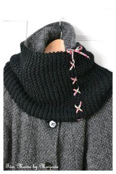 Snood tricoté au point mousse sur 30 mailles avec des aiguilles n°9 et environ 120g de laine. Les deux extrémités du tricot sont lacées avec un cordon de tissu fleuri pour obtenir un tube.: