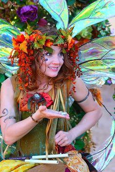 halloween kostüm frau herbstlaub wald fee nicht gruselig