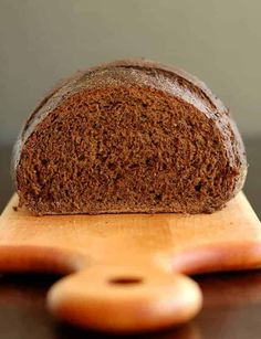 This Sourdough Pumpernickel Bread makes the perfect sandwich. It's a hearty loaf made with whole grain rye flour, whole wheat flour, bread flour and a couple of unusual ingredients. Sourdough Rye Bread Recipe King Arthur, Sourdough Bread Starter, Sourdough Recipes, Sandwich Bread Recipes, Banana Bread Recipes, Sandwich Loaf, Vegan Baking, Bread Baking, Mie