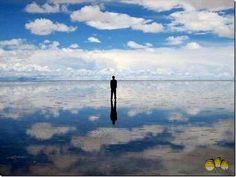 Боливия. Солончак Уюни - соленое озеро Боливии. — высохшее соляное озеро на высоте  около 3650 м над уровнем моря. Имеет площадь 10 582 км².Уюни само по себе представляет один большой сгусток соли, устилающей всё его дно на глубину до 8 метров. В сезон дождей в Боливии озеро наполняется небольшим количеством воды и при этом формирует самое большое в мире зеркало.