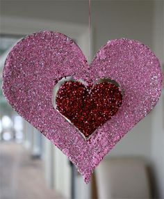 I have a serious love/hate relationship with glitter...but might have to let my little girl break it out for this sparkly craft!
