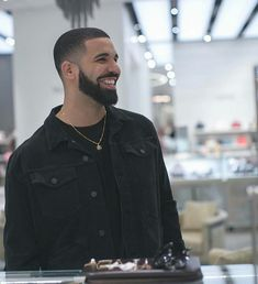 Drake filming part of the music video for his song God's Plan in Saks Fifth in the mall❤️ Aubrey Drake, Lil Wayne, Kanye West, Jay Z, Famous Celebrities, Celebs, Drake Wallpapers, Rap Us, Drake Drizzy