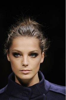 Simple hair, smokey eye and nude lips : Daria Werbowy in Versace