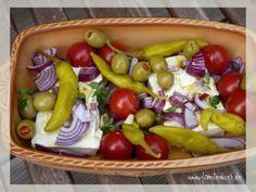 Wir lieben den überbackenen Schafskäse beim Griechen mit Knoblauch, Peperoni und Tomaten und haben uns ein Rezept kreiert, wie wir ihn ganz einfach selb