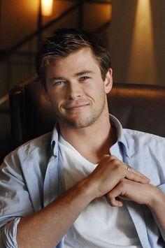 Chris Hemsworth You adorable cuddly teddy bear you he is perfect Luke Hemsworth, Hemsworth Brothers, Chris Pratt, Chris Evans, Z Cam, Marvel Actors, Thor Marvel, Strip, Hollywood Actor
