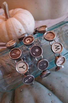 """Spell out a word or use random keys, these """"typewriter"""" bracelets are so cute! Keys as charms would be so cool. Key Jewelry, Jewelry Crafts, Jewelry Art, Beaded Jewelry, Vintage Jewelry, Jewelry Making, Unique Jewelry, Antique Typewriter, Typewriter Keys"""