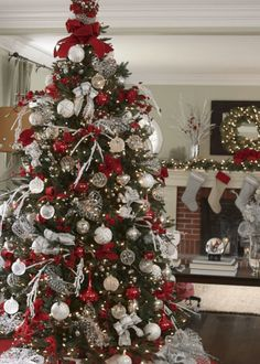 Give your Christmas home the elegant touch. Here are Elegant Christmas Home Decor ideas. These Christmas decors are simple, DIY Decors which you can do. White Christmas Tree Decorations, Elegant Christmas Decor, Silver Christmas Tree, Christmas Tree Design, Beautiful Christmas Trees, Noel Christmas, Outdoor Christmas, Rustic Christmas, Christmas Ornaments