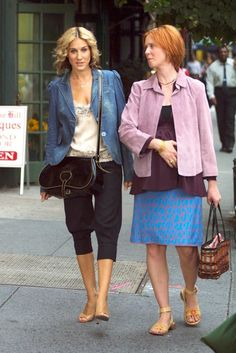 "Cynthia Nixon (as Miranda Hobbes) and Sarah Jessica Parker (as Carrie Bradshaw) in ""Sex and the City"" Carrie Bradshaw Outfits, Carrie Bradshaw Estilo, Carrie Bradshaw Hair, Sarah Jessica Parker, City Outfits, Casual Outfits, Summer Outfits, Jogging Bottoms, City Style"