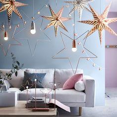 STRÅLA, suspension en forme d'étoile - 19,90 euros, métal. Ø55cm, couleur bronze, blanc, Ikea. STRÅLA, décoration guirlande lumineuse, mini abat-jour étoiles 12 pièces - 5 euros, plastique ABS, couleur bronze, Ikea